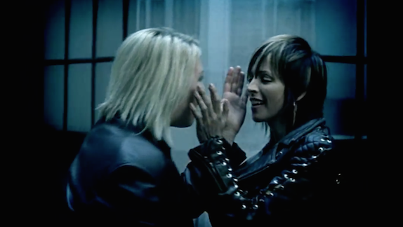 Nena (rechts) en Kim Wilde, in de videoclip van 'Anyplace, anywhere, anytime' (2002)
