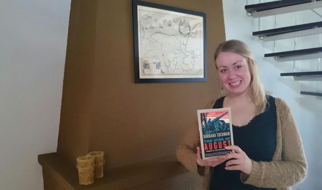 Winnaar Jenda Terpstra met haar prijs, The Guns of August van Barbara Tuchman
