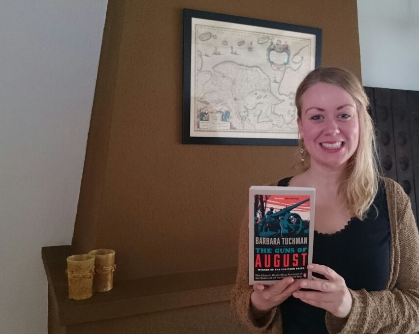 Jenda Terpstra met haar prijs, The Guns of August van Barbara Tuchman