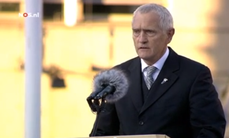 Generaal b.d. Peter van Uhm tijdens zijn toespraak op de Dam, NOS, 4 mei 2013