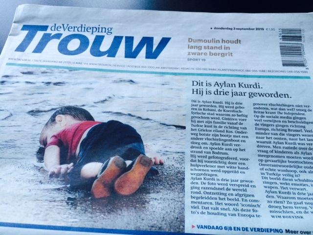 De foto van Aylan Kurdi op de voorpagina van Trouw, 3 september 2015