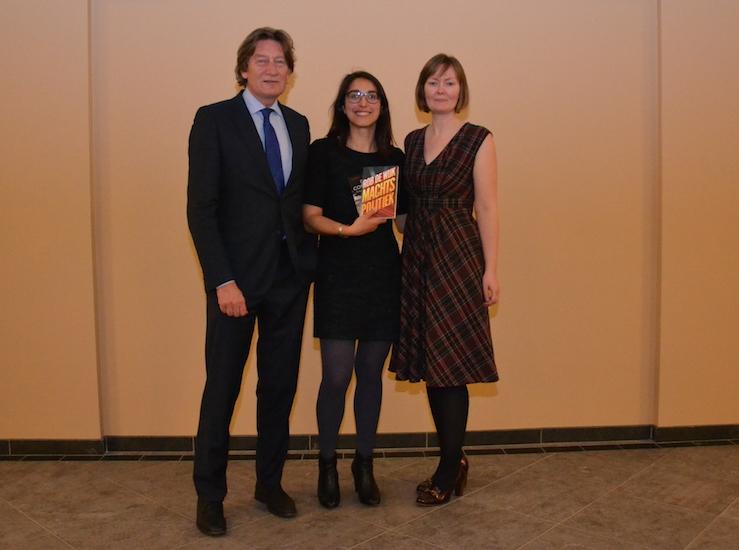 Winnaar D. Alverti (midden) met haar prijzen, geflankeerd door juryvoorzitter Ankie Lok en gastjurylid prof. dr. Rob de Wijk.