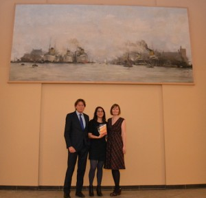 Winnaar D. Alverti (midden), juryvoorzitter Ankie Lok en gastjurylid prof. dr. Rob de Wijk (1 april 2016).