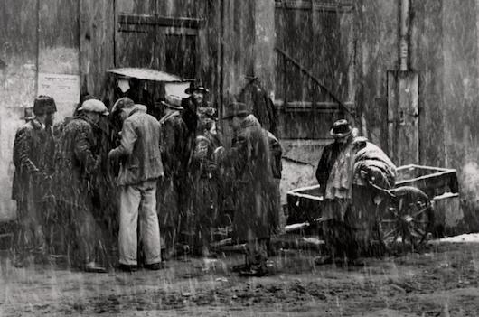 Foto van Roman Vishniac: mannen verkopen oude kleding, Kazimierz, Krakau, Polen, 1935-1938.