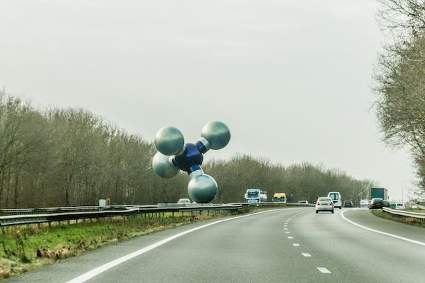 Sculptuur 'Gasmolecule' van Marc Ruygrok in de middenberm van de A7 (foto: beeldbank.rws.nl, Rijkswaterstaat / Harry van Reeken)